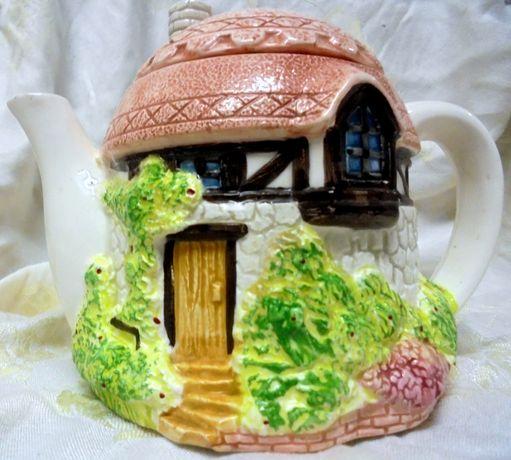 Porcelanowy czajniczek w formie domku.