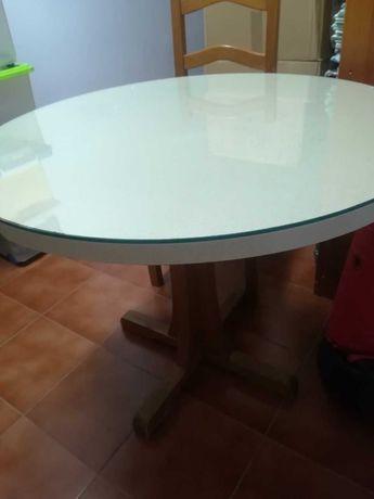 Vendo mesa de cozinha redonda de formica e pé de madeira em bom estado