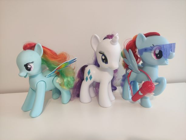 My little pony Rainbow Dash z mikrofonem śpiewa skacze