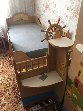 Дитяче ліжко, шкаф, стіл