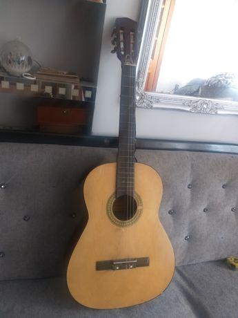 Stara gitara hiszpańska z sygnaturami