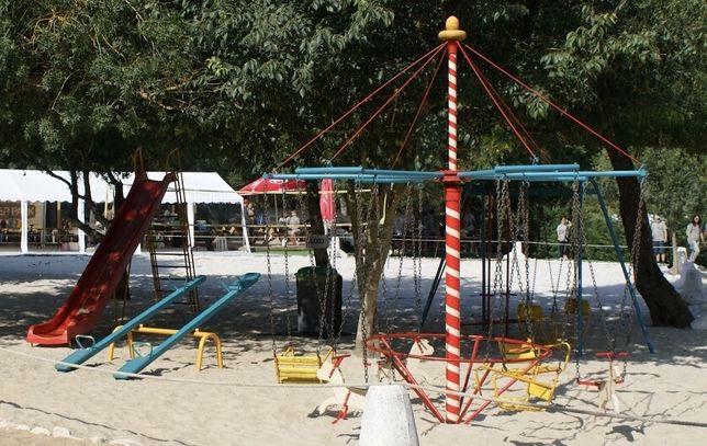 Parque infantil muito antigo em perfeitas condições