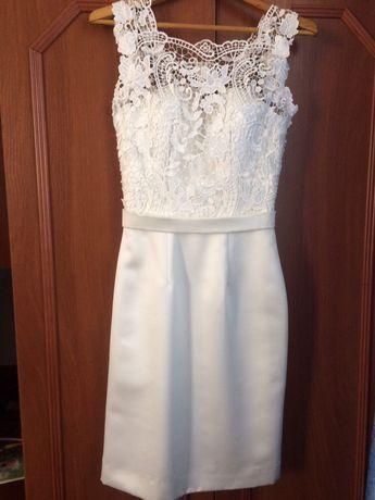 Коротка атласна весільна сукня