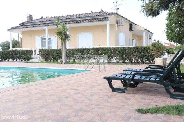 Quinta com 1800 m2, Duas Moradias