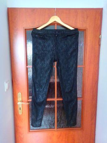 Czarne spodnie w wężowy wzór Mohito 38