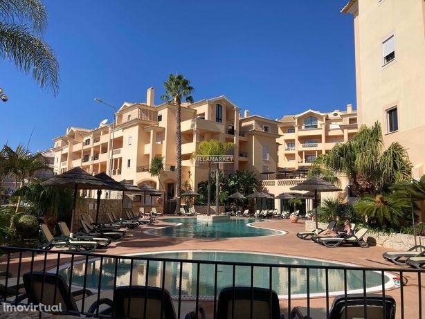 Apartamento T1 inserido em condomínio fechado com piscina situado na P