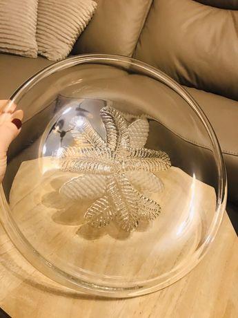 Duzy szklany talerz z rzezbieniami od spodu