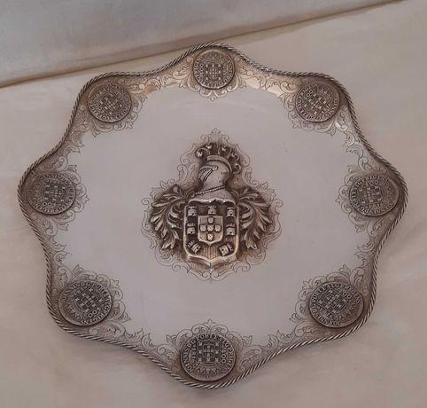 Salva de aparato com Elmo e Armas de Portugal em prata portuguesa