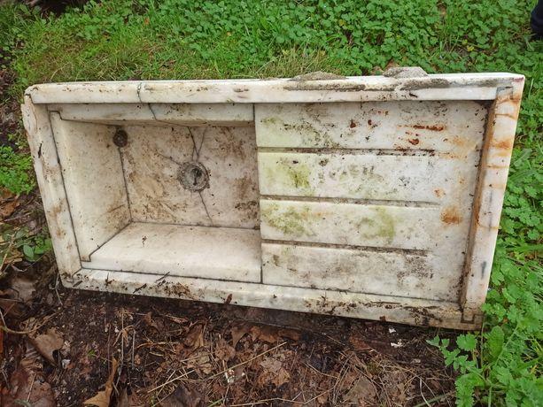 Lavatório antigo em pedra mármore