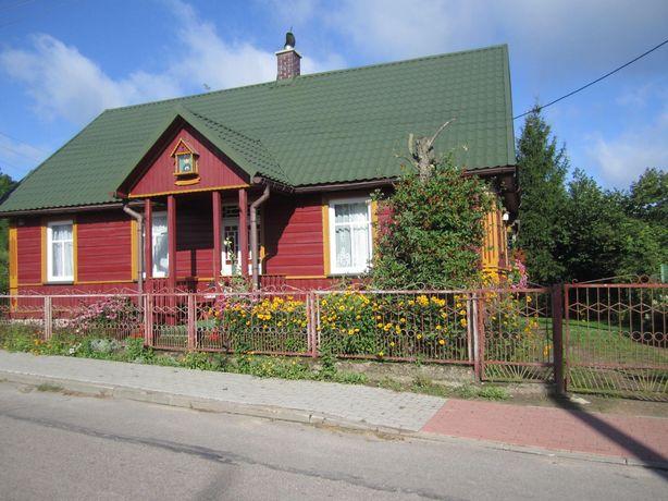 Drewniany dom z pieknym wielkim ogrodem