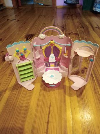 Garderoba dla lalek wraz z ośmioma parami butów