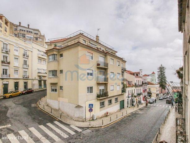 Prédio com 4 pisos, para REMODELAR em São Vicente, Lisboa.