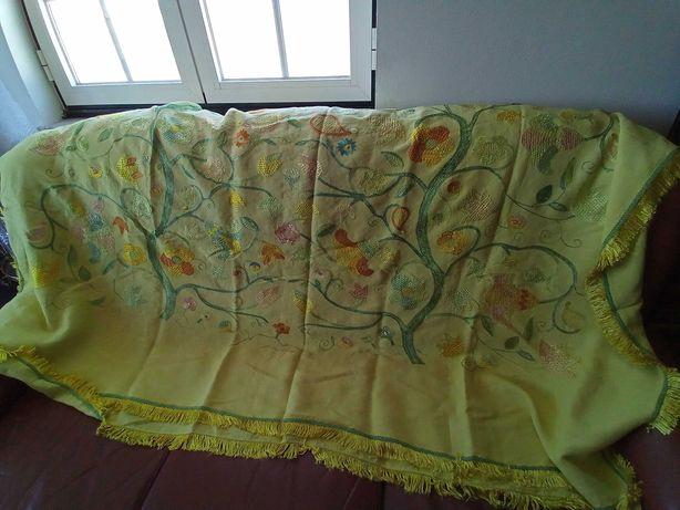 Colcha de Castelo Branco em linho bordado em seda
