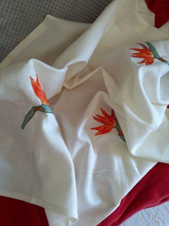 Belíssima toalha de mesa,alinhada,e bordada,com  uma Flor bordada.,