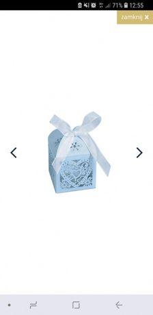 Ażurowe, błękitne pudełeczka dla gości z kokardą, podziękowania