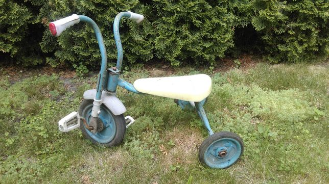 Детский трёхколёсный гоночный велосипед времен СССР.