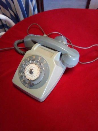 Telefone antigo em cinzento.