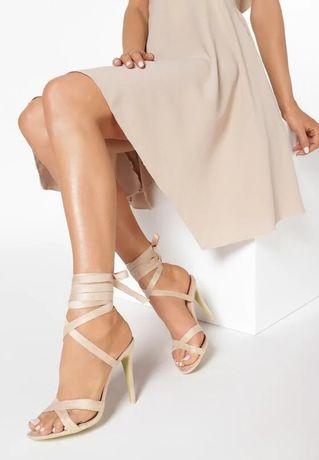 Wiązane sandałki beżowe