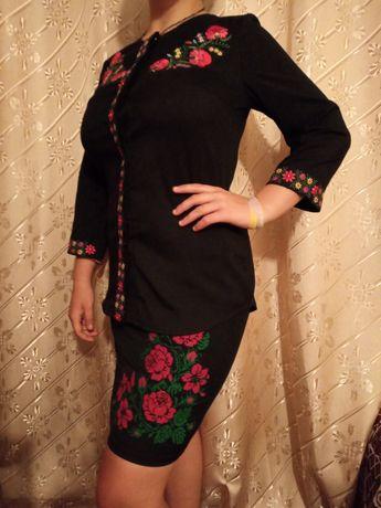 Жіноча вишита блузка і спідниця