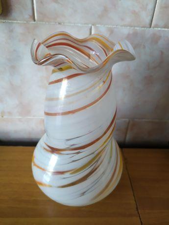 Стеклянная белая вазочка