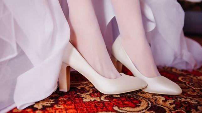Продаю туфли белые (шампань)