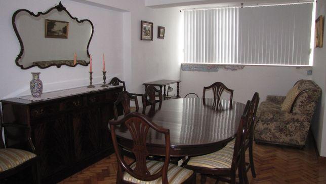 Grande mesa de jantar oval extensível, 6 cadeiras e 2 cadeirões.
