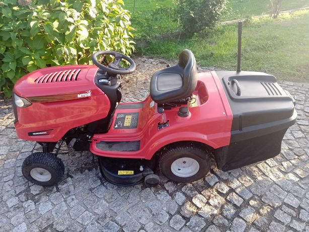 Mini Trator Corta Relva com atrelado.