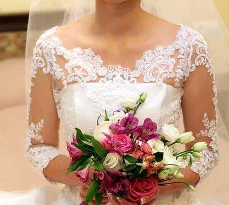 Шикарное свадебное платье со шлейфом.