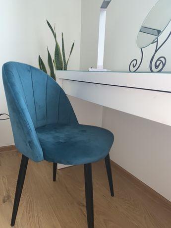 Welurowe krzesło do toaletki w kolorze morskim