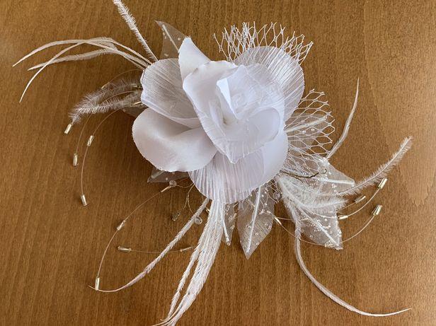 Biała przypinka, stroik, spinka weselna, ślubna