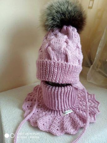 Комплект на девочку шапка + манишка. Ручная работа.