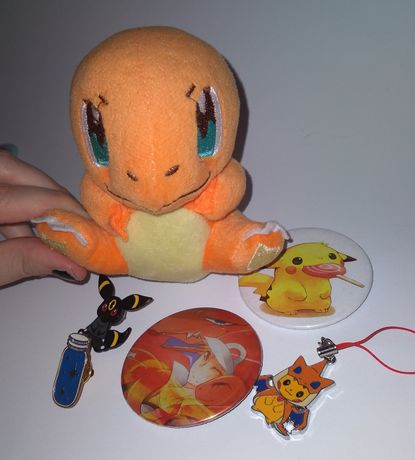 Zestaw Gadżety Pokemon: pluszak, przypinki, emanelowe, pikachu