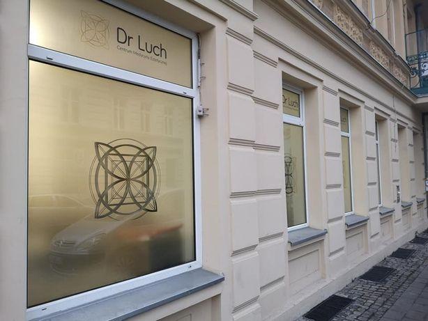 Oklejanie witryn okien drzwi folia mleczna mrożona mrożonka obklejanie