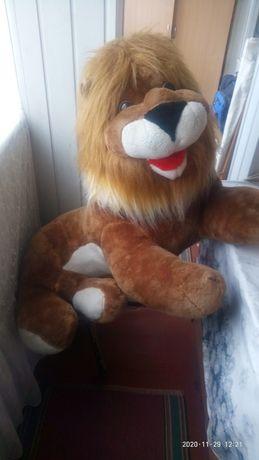 Мягкая игрушка лев.в длину чуть больше метра.отличный подарак малышам