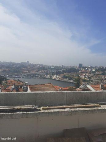 Apartamento T3 com vistas generosas sobre o Rio Douro e próximo do Cen