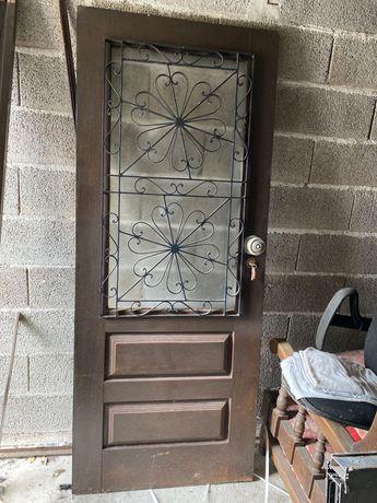 Porta de entrada em madeira e vidro