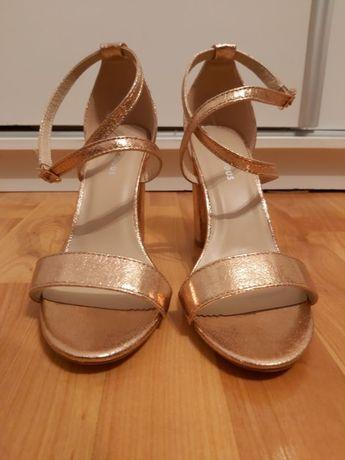 Glamorous Wide Fit - sandały na obcasie ze skrzyżowanymi paskami