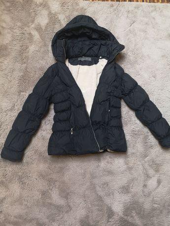 Puchowa zimowa kurtka damska czarna z futerkiem