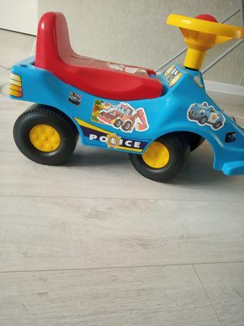 Дитяча іграшкова машинка.