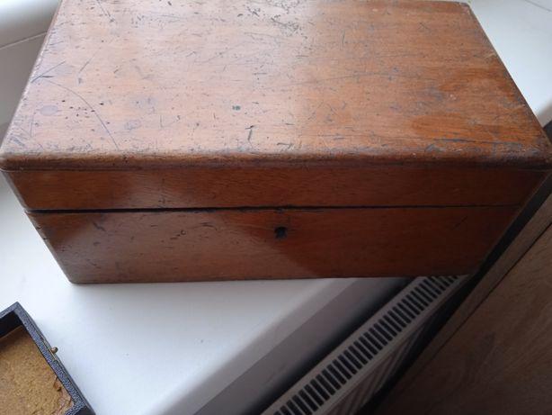 Stara drewniana skrzynka i lalka
