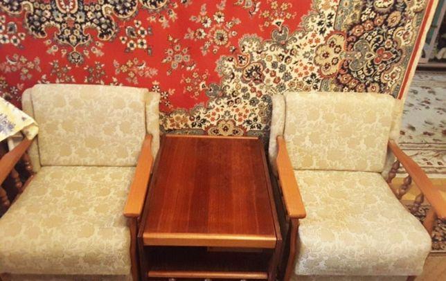 Журнальный столик и два кресла