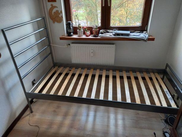 Łóżko metalowe, jednoosobowe.