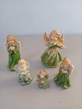 Kolekcja 5 zielonych figurek aniołków.