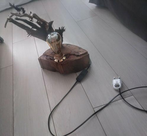Lampa z naturalnego drewna ręcznie robiona.
