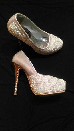 Sapatos de plataforma brancos com brilhantes
