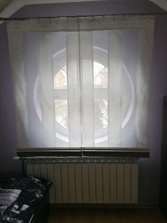 Ekran z białej etaminy z jasno szarymi satynowymi pasami 150x145