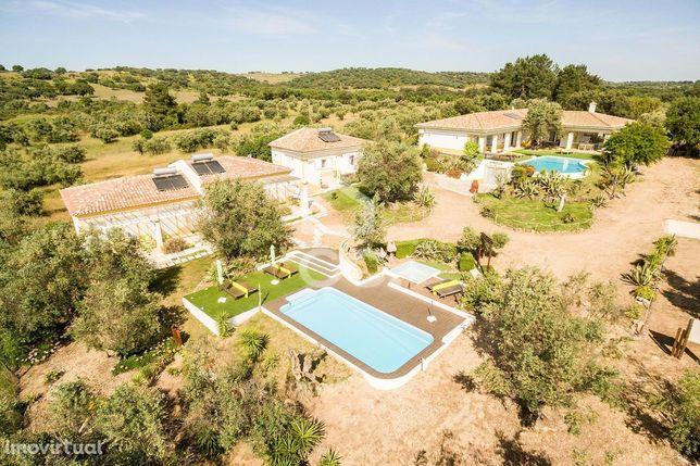 Propriedade com 5500 m2, 5 moradias e 2 piscinas   Vila Alva (Cuba)