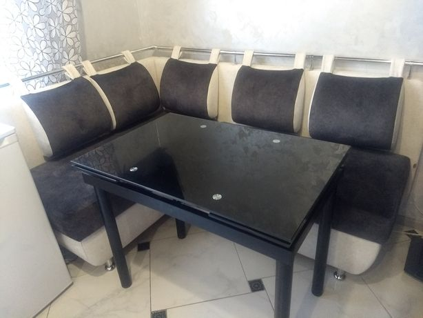 Чорний скляний стіл