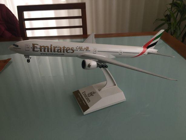 Avião Emirates 777-300ER 1/200 original