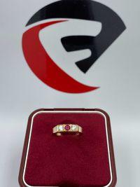 Złoty pierścionek z cyrkoniami i rubinem